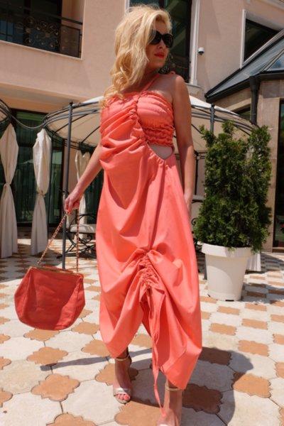 Дълга рокля корал с ефектни набори